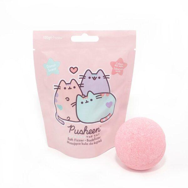 pusheen kula do kąpieli w kolorze różowym przedstawiona na białym tle