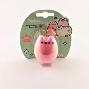 Opakowanie z różowym odkręcanym kotkiem w środku którego jest balsam do ust dla dzieci o smaku truskawki