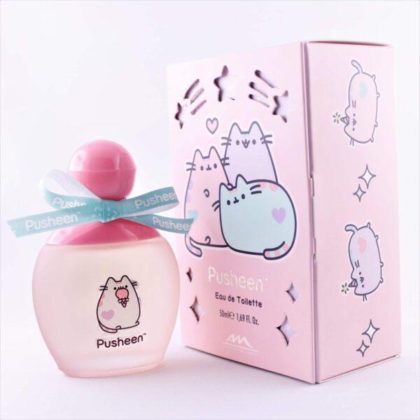 Opakowanie perfum z fiolką z kotem Pusheen, prefumy w szklanej buteleczce stoją obok różowego opakowania