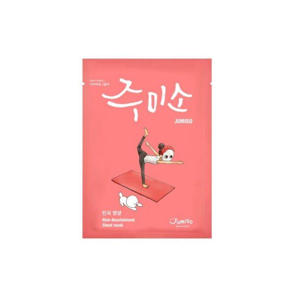 rózowa maseczka w płachcie na białym tle z rysunkowa dziewczynką siedząca na macie