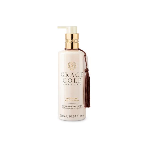 beżowa butelka balsamu do rąk o zapachu agaru i piżma przedstawiona na białym tle