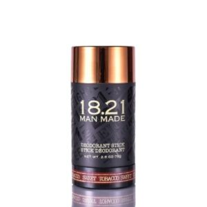 18.21 Man Made dezodorant w sztyfcie o zapachu słodkiego tytoniu prezentowany w czarnym opakowaniu na białym tle