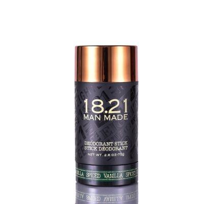 18.21 Man Made dezodorant w sztyfcie o zapachu pikantnej wanilii prezentowany w czarnym opakowaniu na białym tle