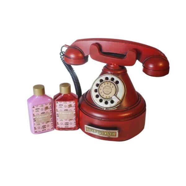 Czerwony telefon - Zestaw prezentowy zawierający produkty do pielęgnacji przedstawiony na białym tle