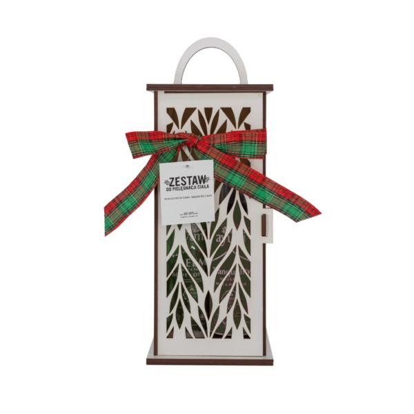 zestaw prezentowy kosmetyków marki ayumi z serii neem z drzewem herbacianym balsam do ciała i płyn do mycia ciała zamknięty w drewnianej latarni przedstawiony na białym tle